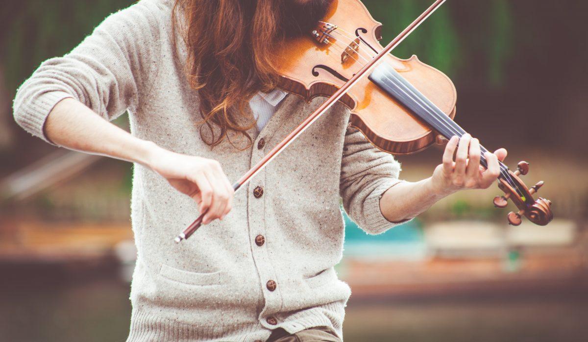 Image demoiselle qui joue du violon