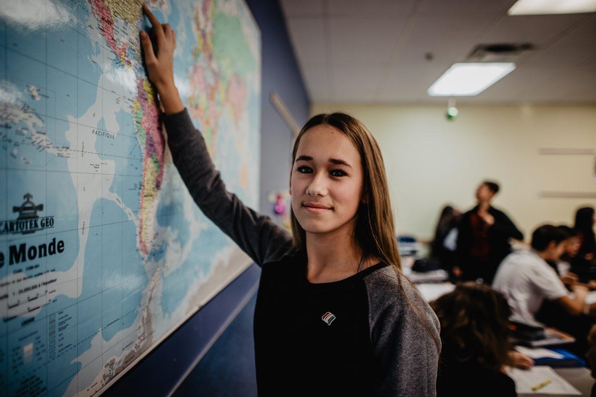Image étudiante en classe devant une carte