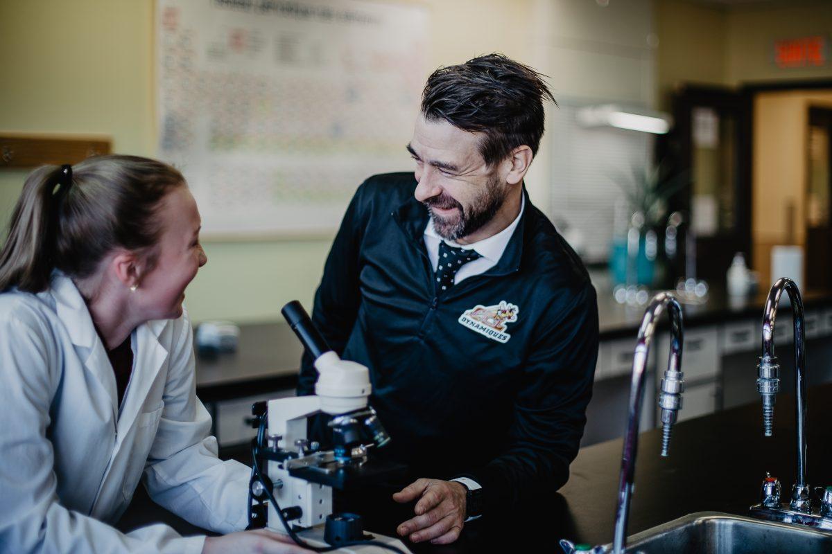 Image enseignant et élève souriants