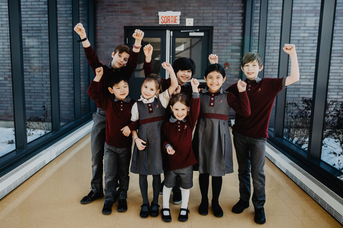 Photo jeunes étudiants couloir