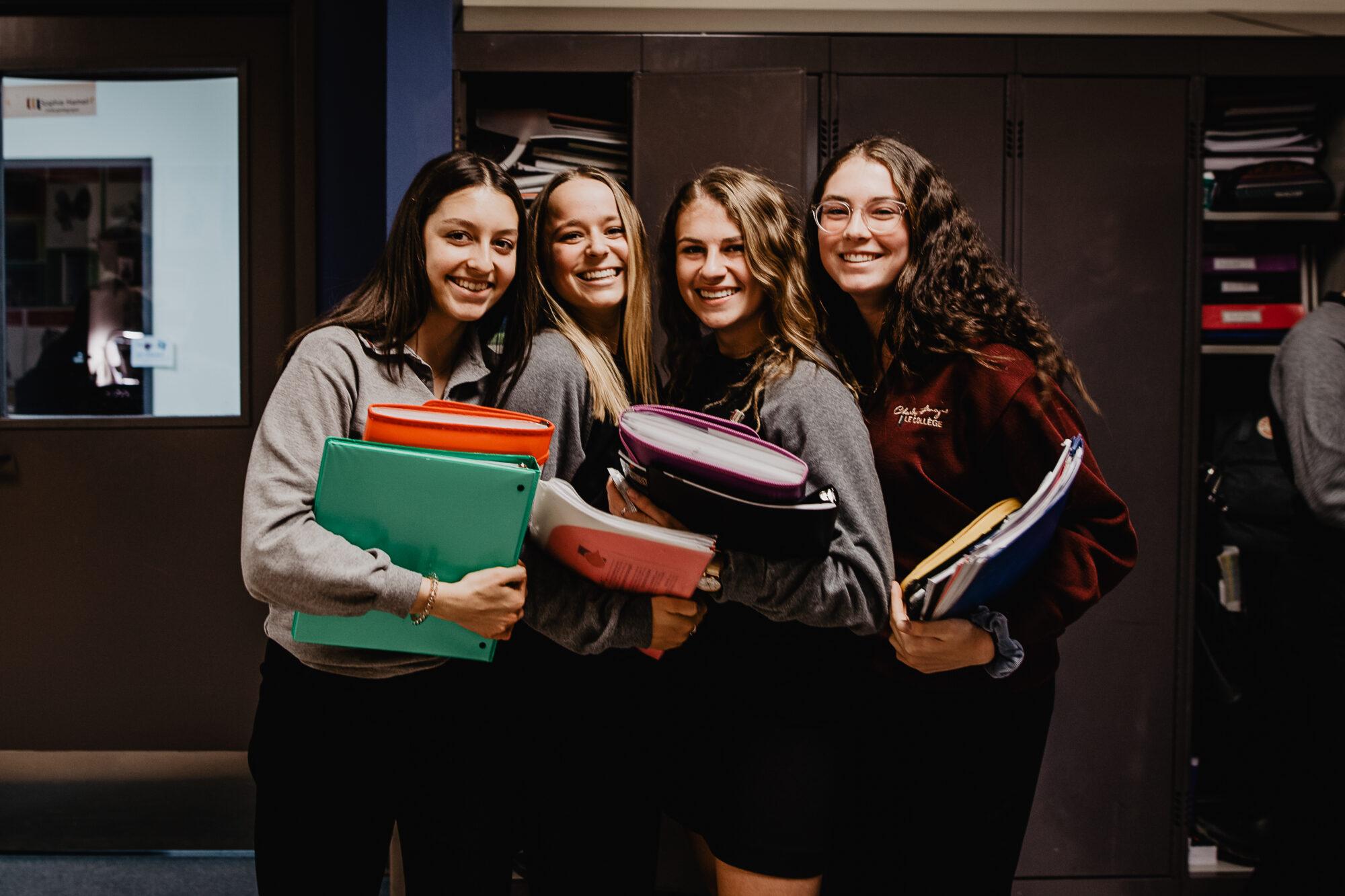 Image étudiantes souriantes devant casiers